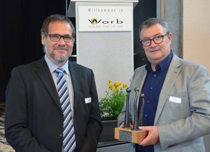 Der Preisträger (rechts) mit Gemeindepräsident Niklaus Gfeller. (Bild: zvg)