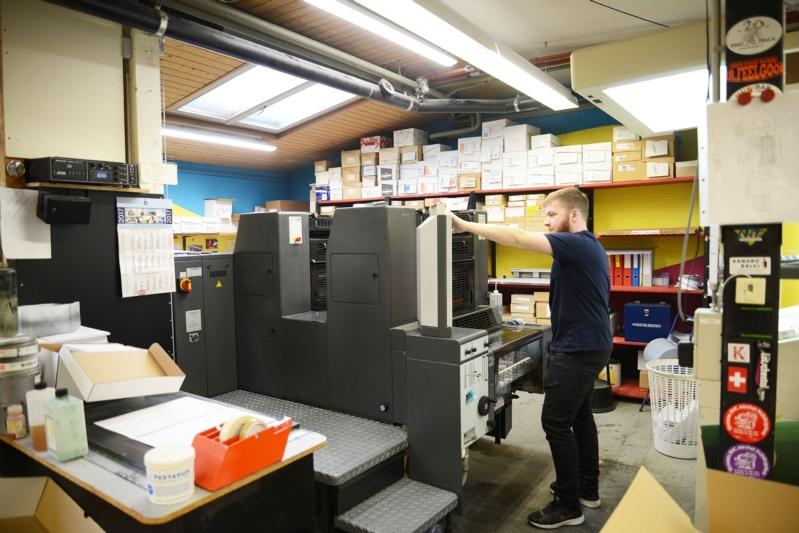 Offsetdrucker Bastian Siegenthaler bei der Arbeit: Der Offsetdruck ist eine von vier Drucktechniken wozu Rimo Druck ausgerüstet ist. (Bild: Isabelle Berger)