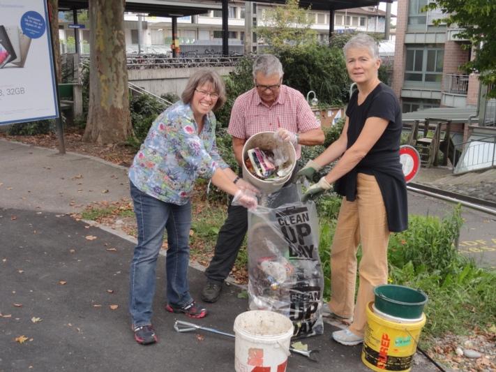 Rund um den Bahnhof war die Ghüder-Jagd besonders ergiebig. V.r.n.l.: Barbara Günther, Peter Stüssi und Irene Wernli Muster. (Bild: zvg)