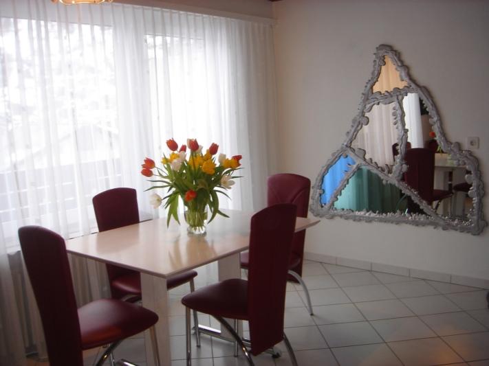 Esstisch mit Panoramafenster