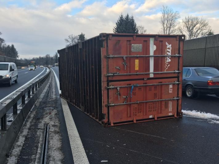 Der Container löste sich vom Anhänger, fiel auf die Fahrbahn und kam auf dem Überholstreifen zum Stillstand (Bild: anonymisiert: Kapo)