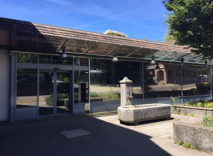 Steht schon über vier Jahre leer: Das ehemalige Coop im Dorfzentrum Grosshöchstettens. (Bild: Res Reinhard)