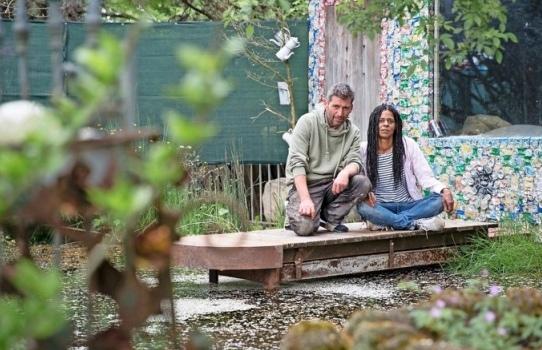 Thomas und Tamara Burkhart: Zum Kunstgarten gehören ein Teich – und Blumen aus Bierdosen. (Fotos: Nicole Philipp)