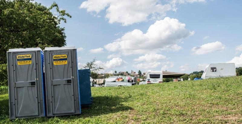 Die Gemeinde stellte für die Fahrenden in Vechigen mobile Toiletten auf. Für Verunreinigungen will sie den Grundeigentümer haftbar machen. (Bild: Franziska Rothenbühler)
