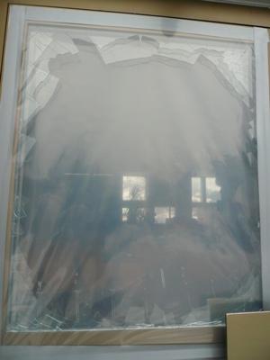 Die zersplitterte Eingangstür zeugt vom Wüten der Vandalen.
