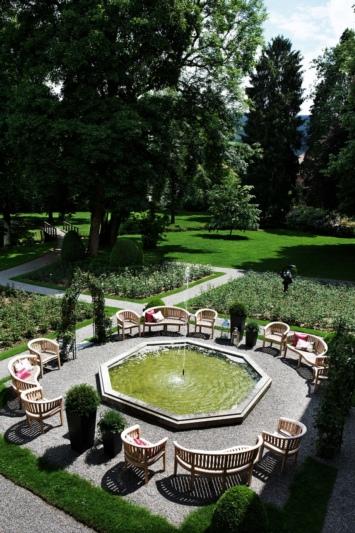 Trägt wesentlich zur Ausstrahlung des Hotels bei: Der Park des Schlosses Hünigen mit altem Baumbestand und über 3500 Rosenstöcken. (Bild: zvg)