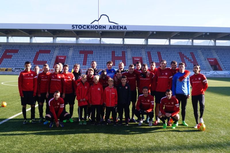 Die jungen Gäste mit der 1. Mannschaft des FC Thun.