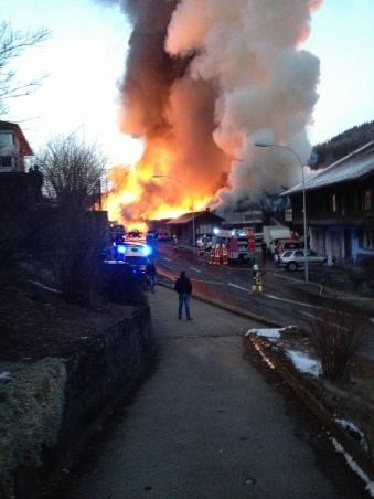 Flammen und Rauch in Oberdiessbach. (Bild: Michelle Allenbach)