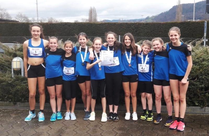 Das U16-Girls-Team mit dem qualifizierten U14-Mixed-Team (Bild: Sven Wäfler)