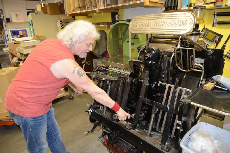 """""""Diese Maschine kann alles und wir benutzen sie noch!"""": Mosimann betätigt die Original Heidelberger Tiegel von 1961, welche stanzen, rillen, perforieren, drucken und prägen kann. (Bild: Isabelle Berger)"""