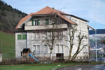Das Schulhaus Dorf wird in einer der beiden Varianten des Gemeinderats als Satellitenstandort erhalten. (Bild: Schulekonolfingen.ch)