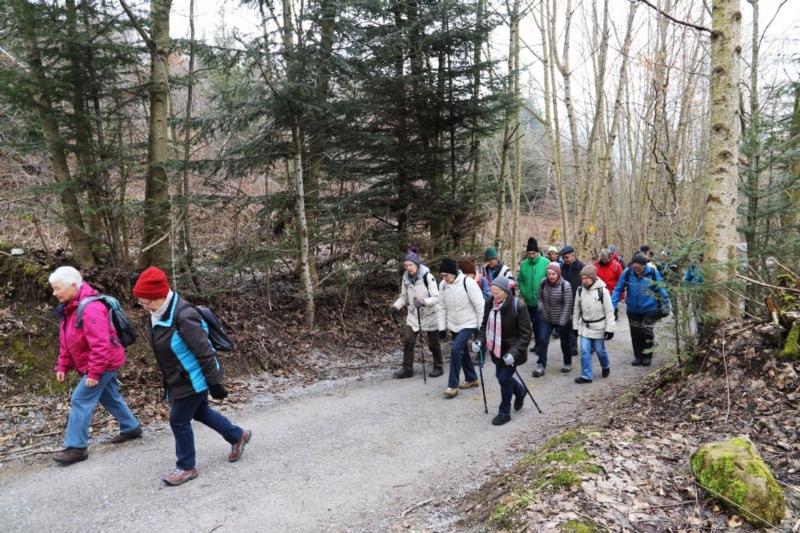 Die ZAK-Wanderer auf dem Wanderweg auf dem Worbberg. (Bilder: Willi Blaser)