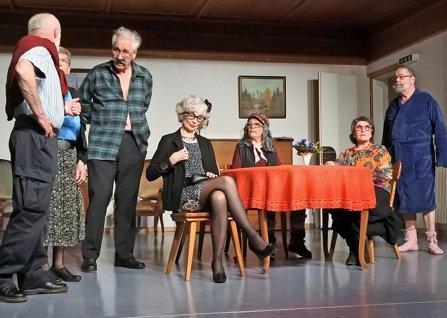 Das Seniorentheater Silberdischtle sorgt mit seiner neusten Inszenierung für viele Lacher. (Foto: Christina Burghagen)