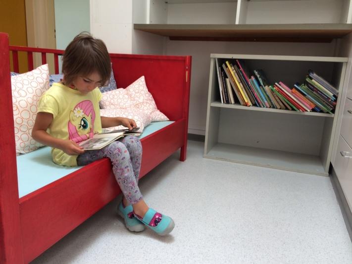 Nora sitzt Probe. Selber ist sie schon zu gross für die Spielgruppe. Sie geht in den Kindergarten.