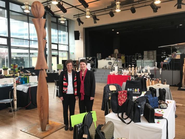 Legen viel Wert auf die Präsentation: Edith Blättler (links) und Denise Grimm in der Ausstellung im Bärensaal. (Bild: Isabelle Berger)