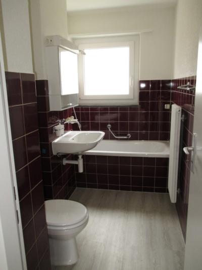 Bad/WC mit neuer Badewanne und Lavabo