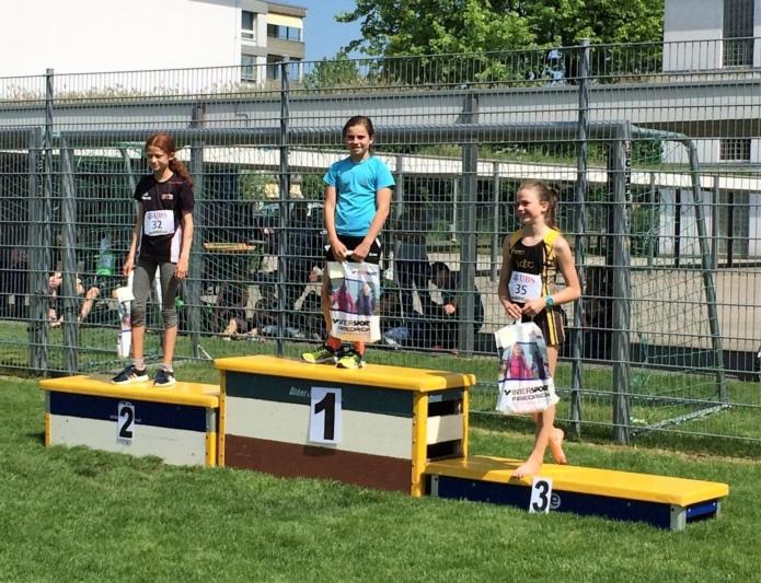Nicole Jarolim, Athletics Konolfingen (1.) und Isabelle Schneider, TV Oberdiessbach (3.). (Bild: Cristina Stefan)