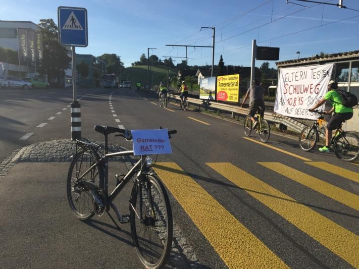 Der Protest geht in die nächste Runde: Transparente auf dem empfohlenen Schulweg zwischen Rüfenacht und Worb (Bilder: zvg).