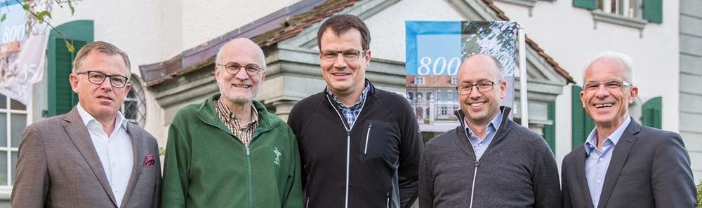 Präsentierte die Pläne für das Jubiläumsjahr: Das OK, bestehend aus (von links) Sigmund von Wattenwyl (Schloss) Hanspeter Schmutz (Projekte), David Guggisberg (Präsident), Pliver Zbinden (Administration) und Anton Rothen (Jubiläumsfest). (Bild: zvg)
