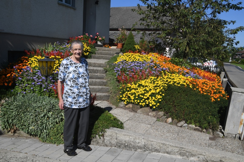 Pflegt seit über 40 Jahren ihren Blumengarten in Richigen: Vreni Lehmann. (Bilder: Res Reinhard)