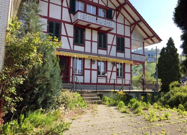 Das Metzgerhüsi Walkringen steht nach wie vor leer, der Terrassenboden überwuchert. (Bild: Res Reinhard)