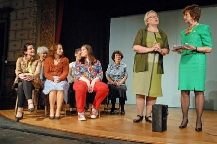 Frauen auf der Bühne im Casino des Psychiatriezentrums. (Foto: Anne Steudler (PD))