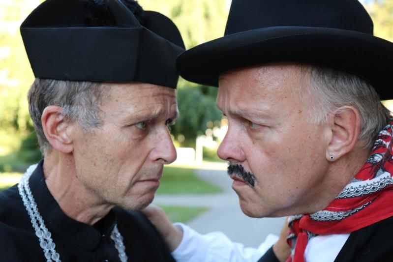 Die beiden Hauptfiguren und Streithähne Don Camillo (Res Otti) und Peppone (Samuel Kobel). (Bild: Philipp Kobel)