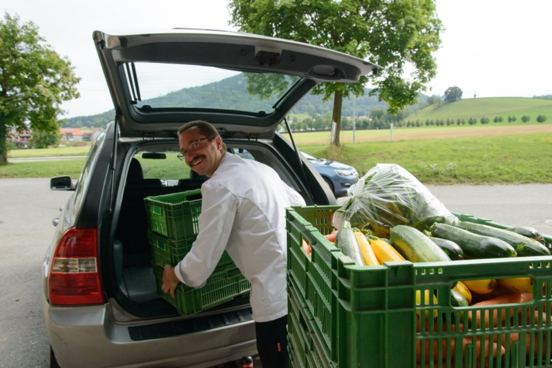 Beat Steiner von der Traube Bleiken holt Gemüse.
