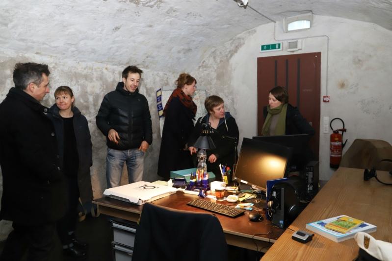 Der Tatort gibt viele Rätsel auf, Christian (links) und Lorena (dritte von rechts) beim Start. (Bild: Willi Blaser)