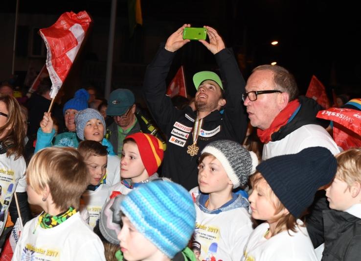Eine Riesenfete in Grosshöchstetten: Weltmeister Luca Aerni hält die Wahnsinnsstimmung in einem Selfie fest. (Bild: Res Reinhard)