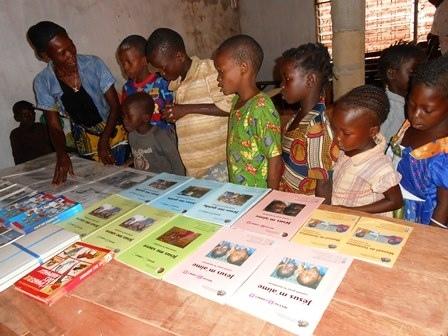 Kinder aus der Schweiz spenden Bücher für Kinder in Afrika