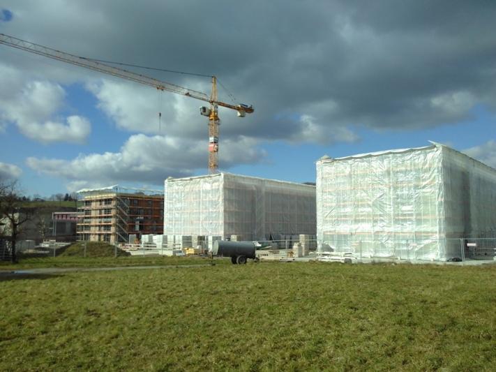 Schnellerer Baufortschritt als erwartet: In der neuen Überbauung Sunnebode in Worb sind erste Wohnungen im November bezugsbereit. (Bild: Isabelle Berger)