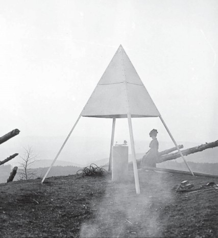 Der Bantiger wird seit dem 18. Jahrhundert zur Landesvermessung genutzt. Symbol für die alte Landesvermessung: Die Pyramide des Triangulationspunktes 2. Ordnung von 1911 auf dem Bantiger. (Bild: Bundesamt für Landestopografie / zvg)