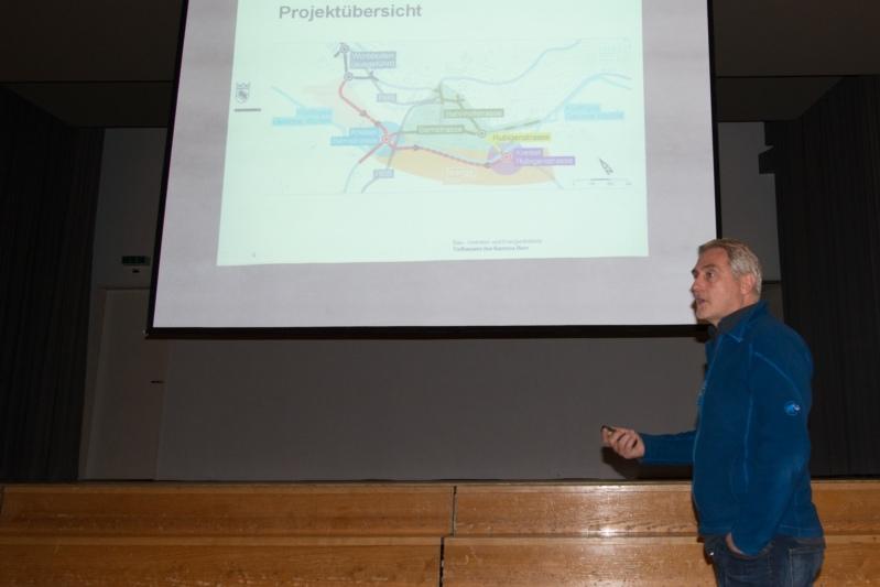 Stand Rede und Antwort: Projektleiter Adrian Gygli erläuterte den Anwohnerinnen und Anwohnern die nächste Bauphase in der Worber Verkehrssanierung. (Bild: Isabelle Berger)