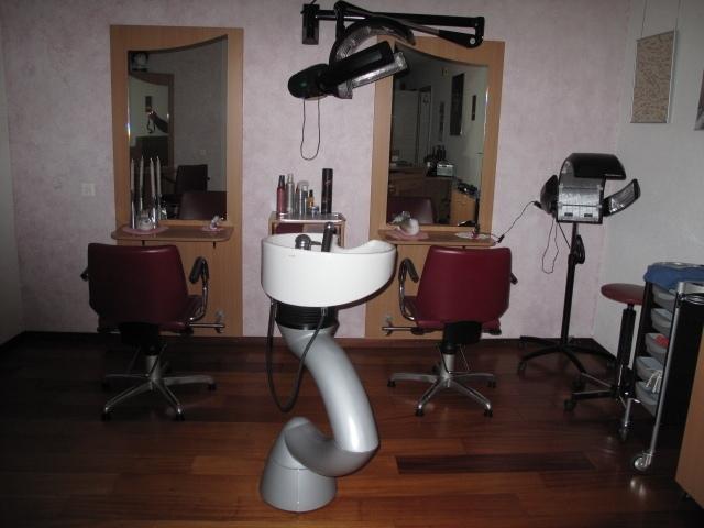 Zwei Arbeitsplätze mit Waschschüssel und Hairmaster