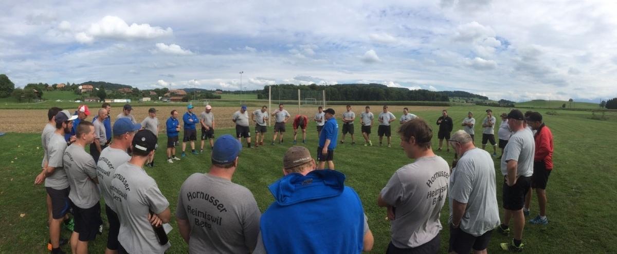Die Mannschaften von Richigen und Heimiswil-Berg im Kreis vereint für die Ehrung von Martin Stettler.