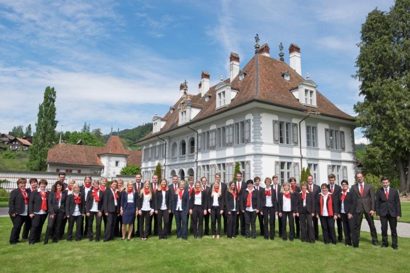 Die versammelten Mitarbeiterinnen und Mitarbeiter der Raiffeisenbank Kiesental vor dem Schloss Oberdiessbach. (Bild: zvg)