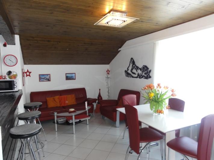 Wohnzimmer mit Esstisch und Lounge