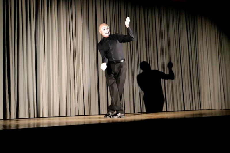 Pantomime Carlos Martinez zog die Anwesenden mit viel Humor und Geschick in den Bann. (Bilder: Willi Blaser)