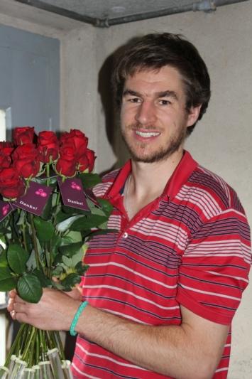 Blumen für Dorfbewohner: Tobias Kopp hat 420 Rosen verteilt. (Bild: zvg)