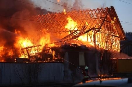 Am 15. März 2013 brannten in Oberdiessbach zwischen der Bahnlinie und der Burgdorfstrasse eine Schreinerei und eine Lagerhalle ab. Die Rauchsäule war kilometerweit sichtbar. (Bild: Archiv BERN-OST)