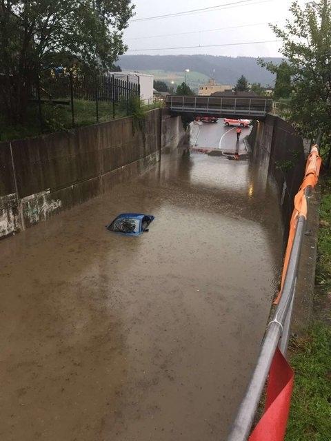In Konolfingen wurde die Unterführung Haldenweg durch den heftigen Regen überflutet. (Bilder: Leserreporter Berner Zeitung BZ)