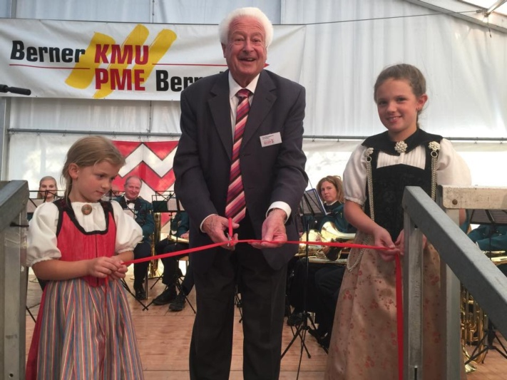 OK-Präsident Fritz Baumgartner eröffnet zusammen mit zwei Trachtenmädchen die Gewerbeschau. (Bild: Res Reinhard)