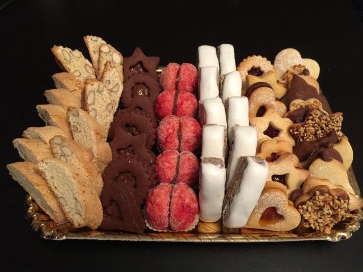Unser Dessert-Sortiment v.l.n.r. Cantucci-Schokoladenbiskuits-Italienische Macarons-Torroncini-Verschiedene Biskuits