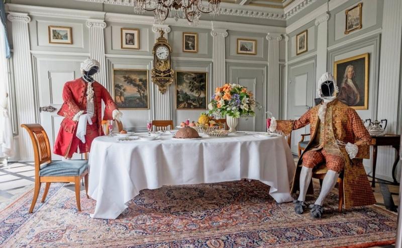 Der Tisch ist gedeckt, die Gäste können Platz nehmen: Papierfiguren vermittelten den Betrachtenden, welche an den drei Tagen des offenen Schlosses nach Oberdiessbach reisten, einen Eindruck aus den Anfängen des Schlosses und wie die Schlossfamilie von Wattenwyl um 1740 lebte. (Bild: PD)