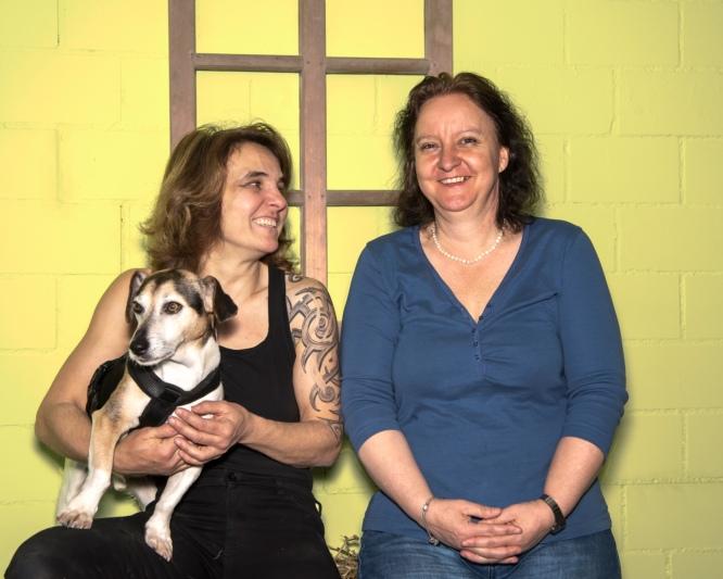 Claudia Lang (links) und Isabelle Berger: Die beiden verbindet eine lange Freundschaft, ihre Hunde und nun auch das Geschäftliche. (Bild zvg)