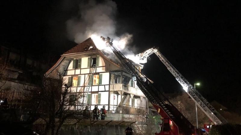 Das brennende Haus an der Mühlestrasse in Münsingen. (Bild: zvg / Feuerwehr Münsingen)