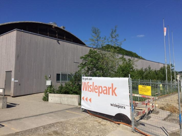 Hier gehts - weiterhin - zum Wislepark. Die Worber Stimmberechtigten haben der Spezialfinanzierung ihres Sport- und Freizeitzentrums zugestimmt. (Bild: Res Reinhard)