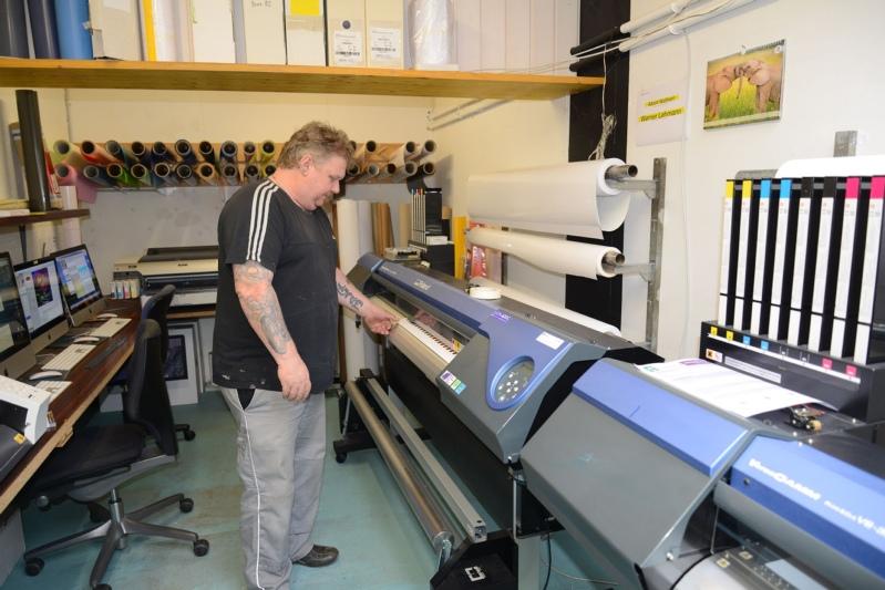 Mittlerweile nimmt modernste Technik viele Arbeiten ab: Siebdrucker Peter Gasser stellt mit dem Plotter Aufkleber her. Die Maschine druckt mehrfarbig und schneidet die Kleber aus. (Bild: Isabelle Berger)
