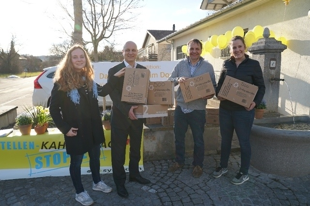 In Kiesen konnten Selina Waber, Urs Baumann und Katja Riem 5100 Unterschriften gegen die Schliessung verschiedener Poststellen an den Postvertreter Andreas Neugebauer (2.v.l.) übergeben. (Bild: PD)